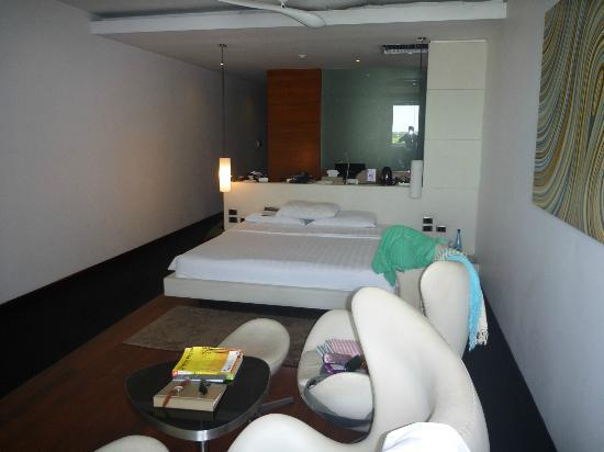 The Quay Boutique Hotel: small office- desk behind the bed