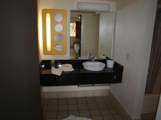 Motel 6 Anaheim Maingate: Bathroom Vanity