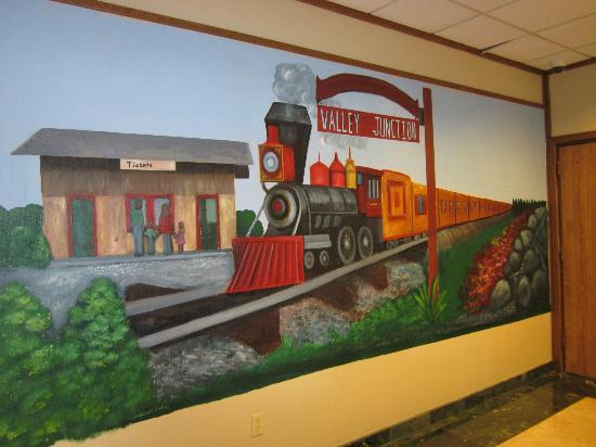Clarion Inn & Conference Center: Mural outside the Valley Junction Restaurant in hotel