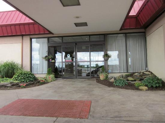 Clarion Inn & Conference Center: Front of hotel