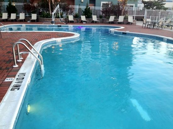 Hampton Inn &amp; Suites Ocean City: outdoor pool