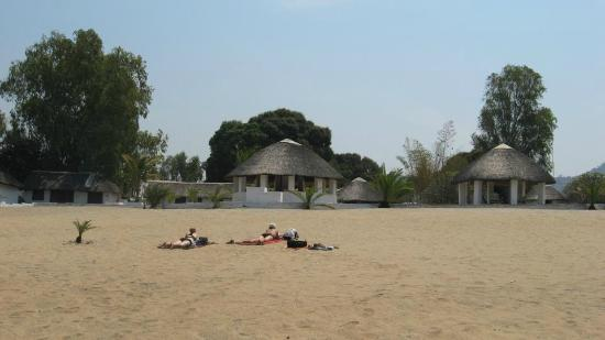 Fish Eagle Bay Lodge: On the beach