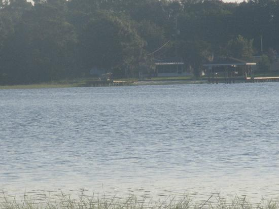 Lakeside Cottages: A beautifully peaceful view across the lake from our cabin