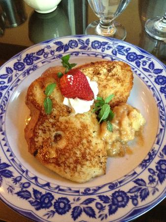 Henderson Castle Inn Bed & Breakfast: French toast for breakfast