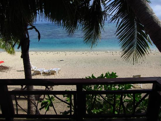 Paradise Cove Lodges: Beach view from room