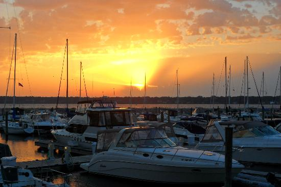 Shoreline Inn & Conference Center: Sunset at Marina