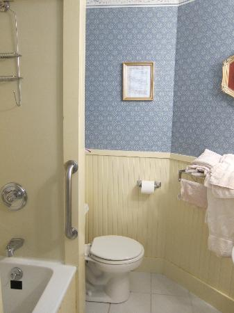 The Village Inn Bed and Breakfast: Bathroom to Rm 32