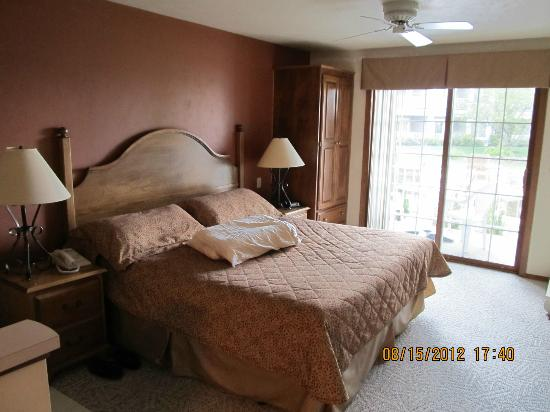 Bridgeport Resort: King size bed, wardrobe, and patio door