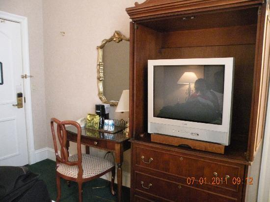 Queen & Crescent Hotel: Desk, TV