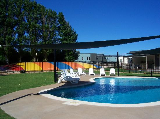 Victor Harbor Beachfront Holiday Park: Pool and jumping pillow