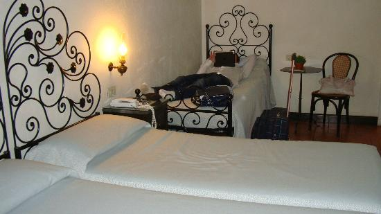 Hotel Andreina: Our double room. With three twin beds.