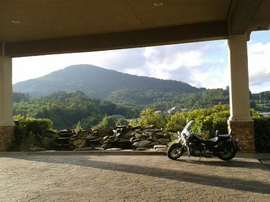 BEST WESTERN PLUS Blue Ridge Plaza: The view in front and you can sit on rocking chairs!