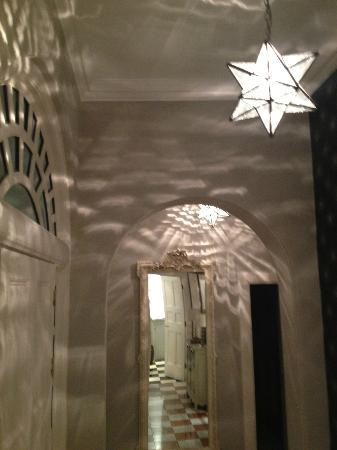 Edinburgh Serviced and Self Catering Apartments: The entry... we loved the lighting