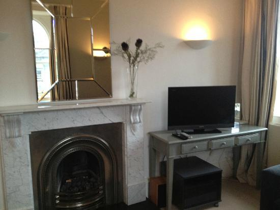 Edinburgh Serviced and Self Catering Apartments: The living room fire place