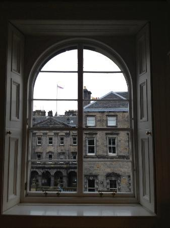 Edinburgh Serviced and Self Catering Apartments: The view of Parliament Square