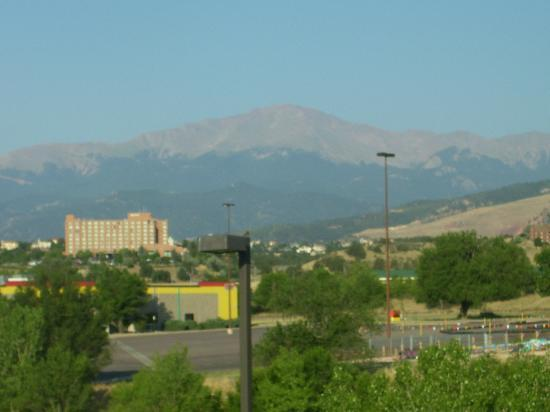 Crestwood Suites Colorado Springs: Pike's Peak view from hotel window.