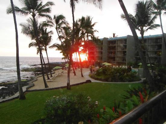 Aston Kona by the Sea: Sunset view from lanai - room 106