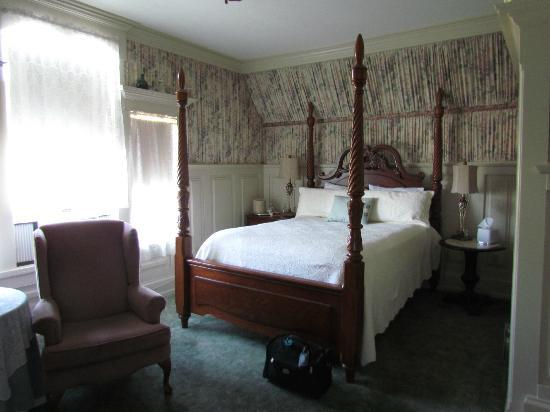 McCloud River Inn: Our comfortable bed