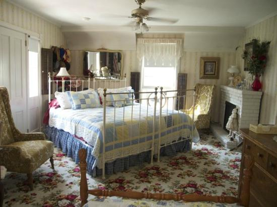 Greyhouse Inn Bed and Breakfast: The Tower Room