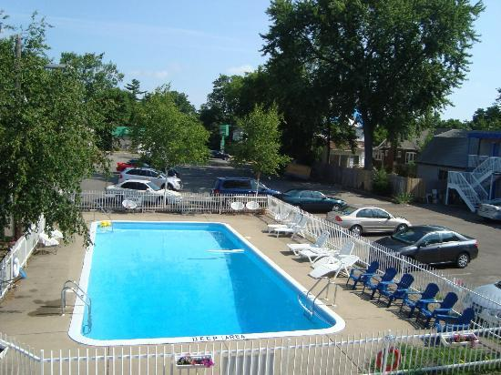 Canadas Best Value Inn: Pool
