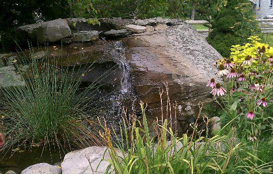 Forestburgh, Nowy Jork: Garden pond with waterfall