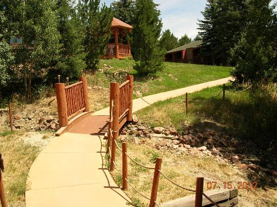 Sundance Mountain Lodge: bridge on property
