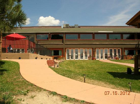 Sundance Mountain Lodge: Pool, office, restaurant, banquet hall building