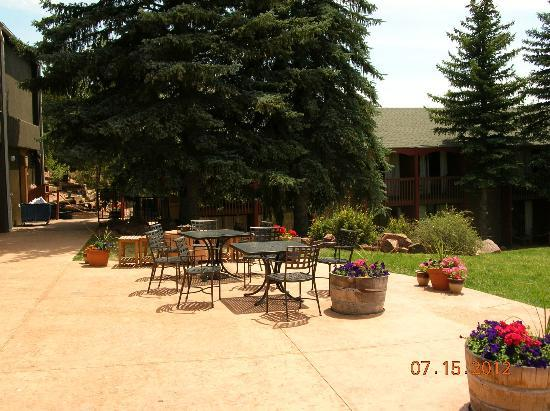 Sundance Mountain Lodge: Patio area by pool