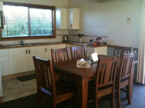 Windsors Edge: Kitchen and dining area