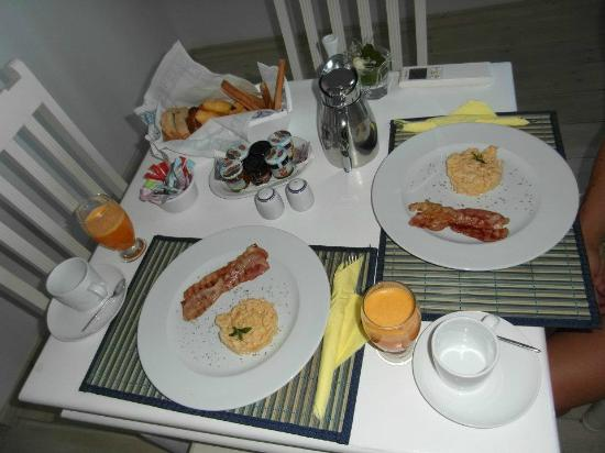 Thermes Luxury Villas: Breakfast