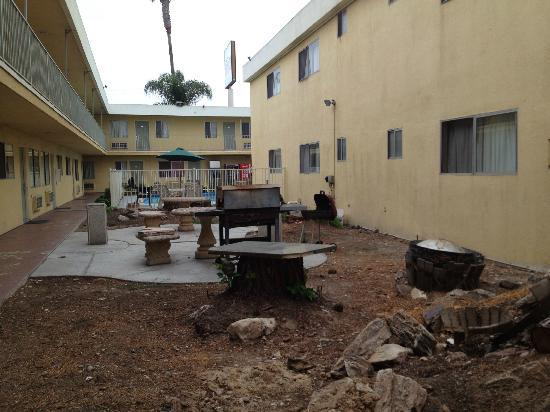 "Howard Johnson Inn And Suites San Diego Area/Chula Vista: Dirty, rusting ""picnic"" area"