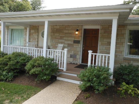 SevenOaks: Oxford Unit - Front porch with rockers!