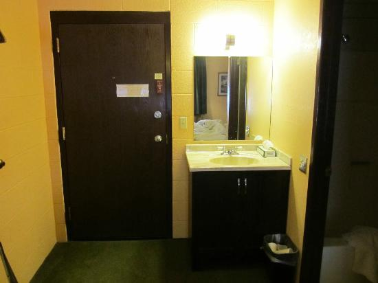 Sleep Cheap Motel: Wash basin and entrance / exit to the room