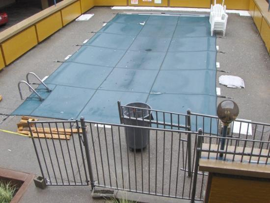 Days Inn Missoula: Pool With Garbage All Over It And Around It