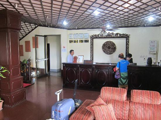 Sengtiane Hotel: frontdesk