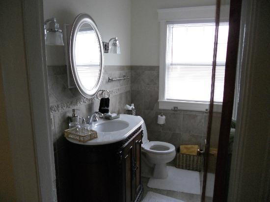 Newport Bayside Inn Bed &amp; Breakfast: Bathroom in Suite