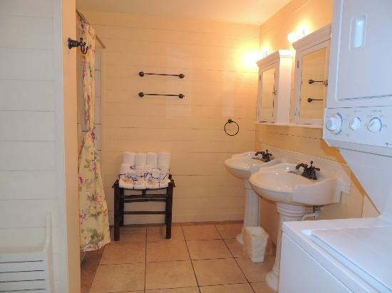 Apalachicola River Inn: Spacious bathroom, which includes washer and dryer