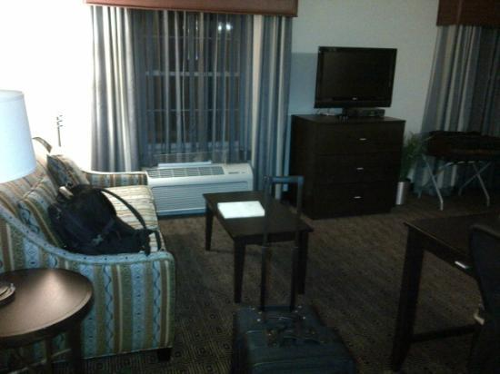 Hampton Inn &amp; Suites Yonkers: couch/desk/tv area