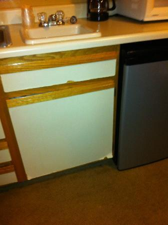 Boulder Twin Lakes Inn : broken cabinets in kitchenette