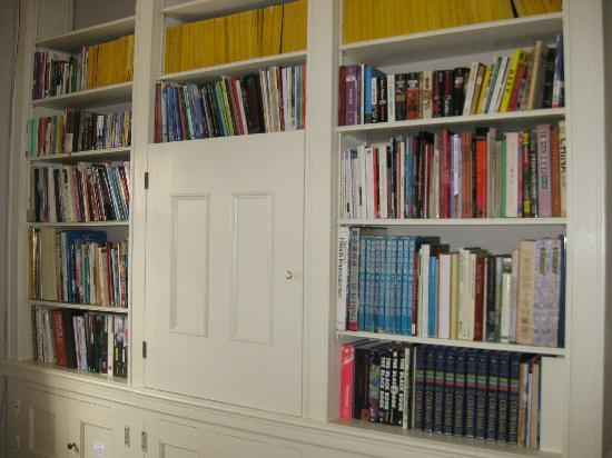 Chrystie House Bed and Breakfast: Library in a room