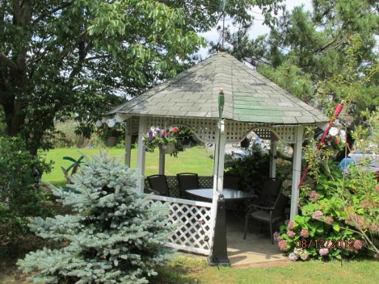 The Seacrest Inn: Gazebo Great place to sit and read or Chat
