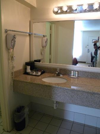 Quality Inn at Town Center: Bathroom