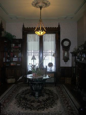 Spencer House Bed and Breakfast: library