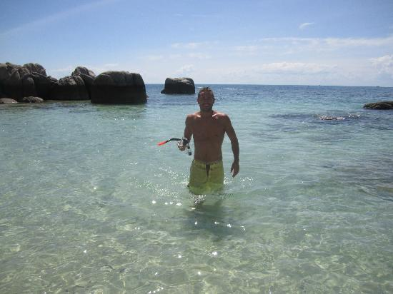 Captain Nemo Guesthouse: Crystal clear water at Sairee beach