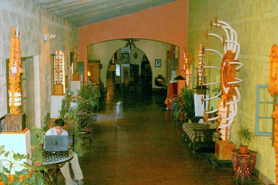 La Posada Hotel: Corridor to Rooms