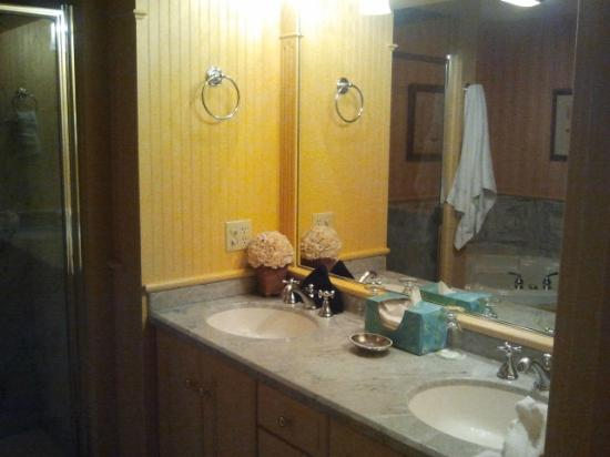 Ivy Lodge: double sinks