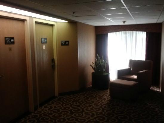 Hampton Inn Seattle / Southcenter: Down our hallway on the third floor