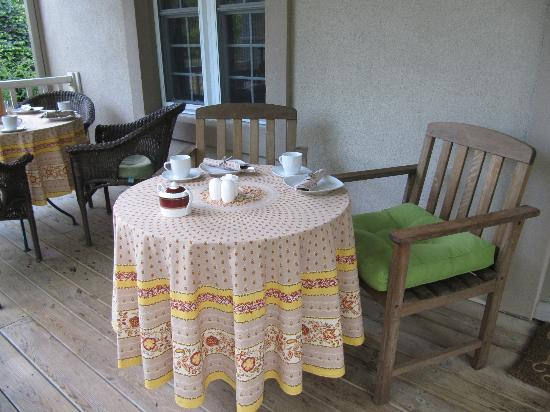 Wine Country Bed & Breakfast: Breakfast served on the front porch