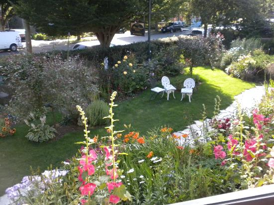 Albion Manor Bed and Breakfast: Front garden from Room 8 balcony