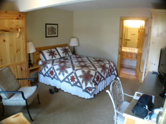 Appenzell Inn : Basic Queen Guest Room with additional pull down single murphy bed